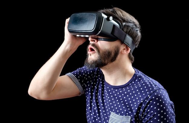 Retrato de homem barbudo com óculos de realidade virtual Foto Premium