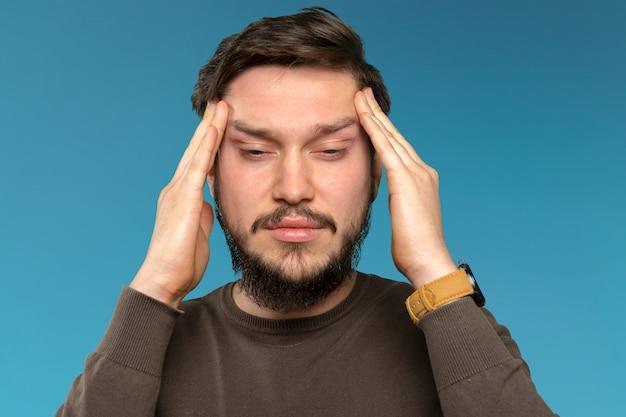 Retrato de homem barbudo jovem cansado e irritado Foto Premium