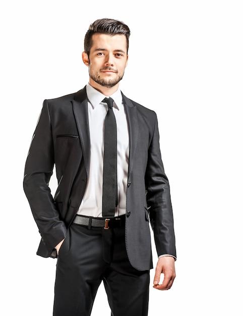 Retrato de homem bonito confiante em terno preto com gravata borboleta Foto Premium