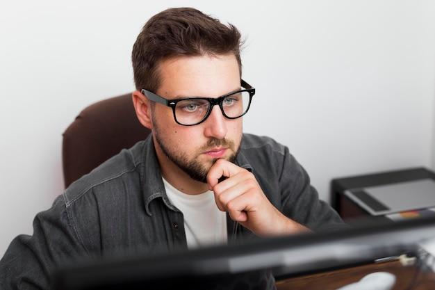 Retrato de homem casual trabalhando em casa Foto gratuita