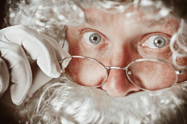 Retrato de homem com fantasia de papai noel Foto gratuita
