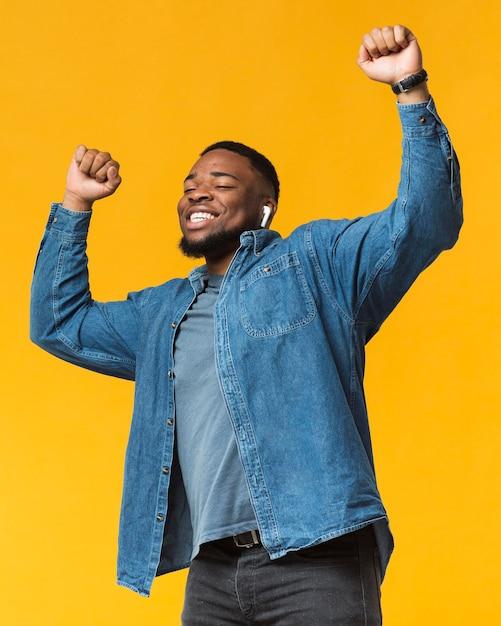 Retrato de homem dançando Foto gratuita