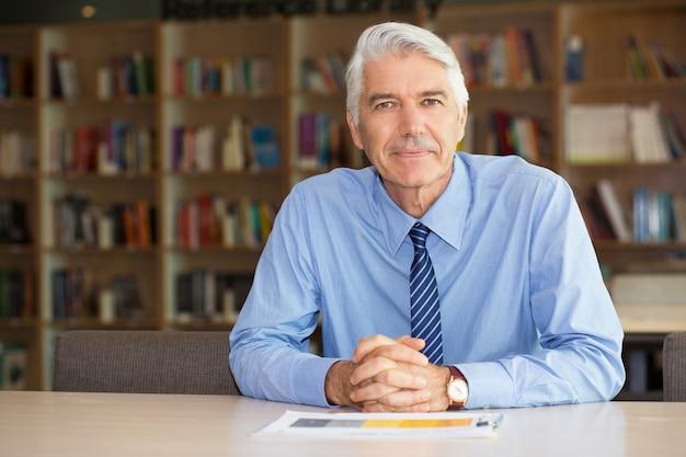 Retrato de homem de negócios sênior confiável no escritório Foto gratuita