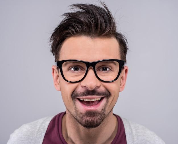 Retrato de homem de óculos está olhando para a câmera. Foto Premium