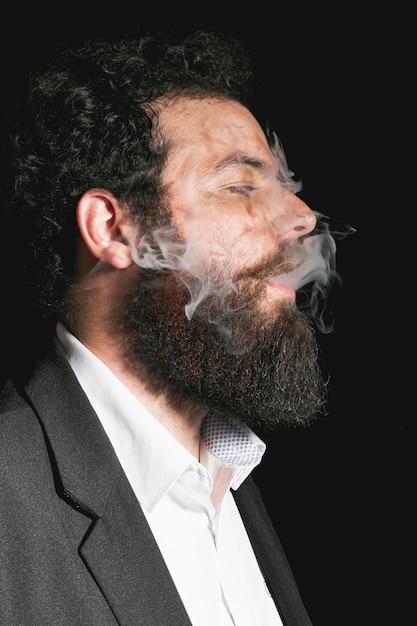 Retrato de homem elegante barba vestida Foto gratuita