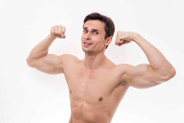 Retrato, de, homem, flexionar braços Foto gratuita
