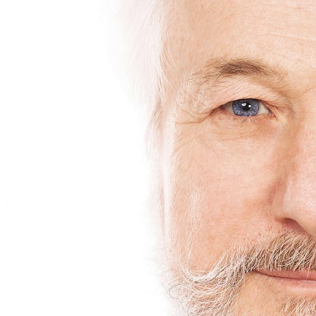 Retrato de homem idoso bonito Foto gratuita