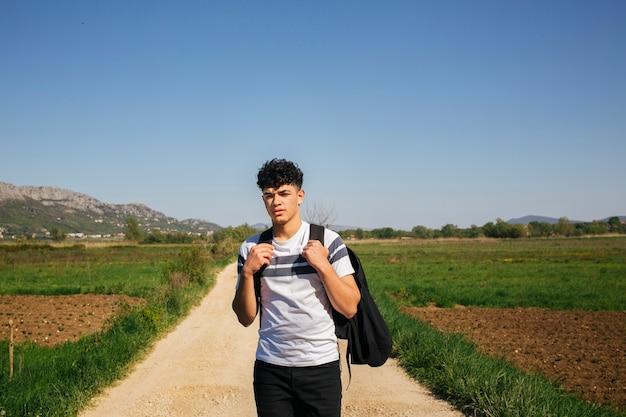 Retrato, de, homem jovem, carregar, mochila Foto gratuita
