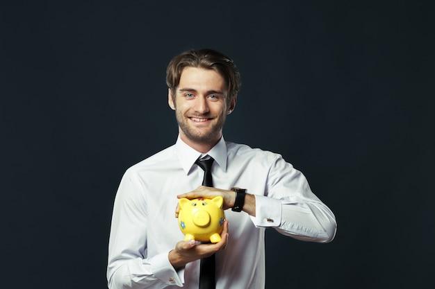 Retrato, de, homem jovem, e, segurando, um, cofre Foto Premium