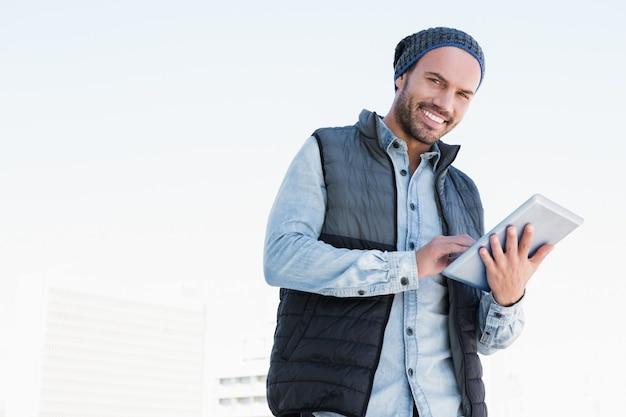 Retrato, de, homem jovem, usando, tablete digital Foto Premium