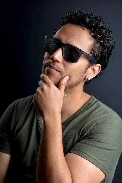 Retrato de homem latino sexy com óculos de sol Foto Premium