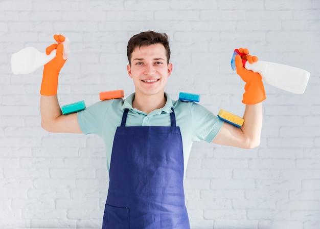 Retrato, de, homem, limpeza, seu, casa Foto gratuita