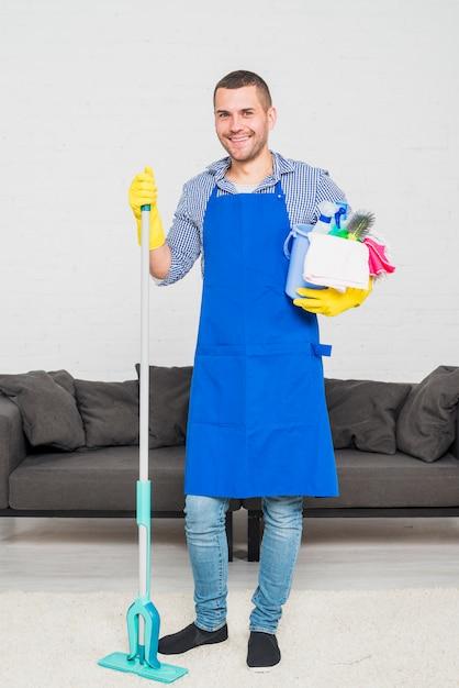 Retrato, de, homem, limpeza, seu, lar Foto gratuita