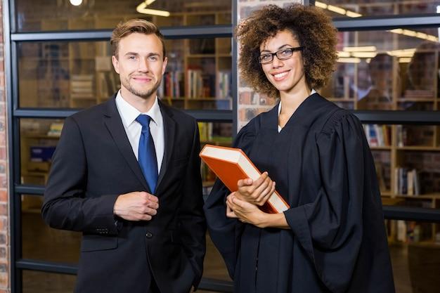 Retrato, de, homem negócios fica, com, advogado, perto, biblioteca, em, escritório Foto Premium