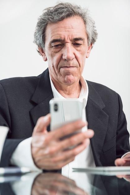 Retrato, de, homem sênior, olhar, smartphone Foto gratuita