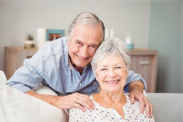 Retrato de homem sênior romântico com sua esposa Foto Premium