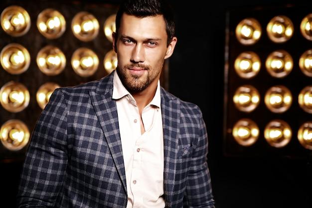 Retrato de homem sexy modelo masculino moda sexy vestido elegante terno em fundo preto luzes de estúdio Foto gratuita