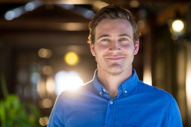 Retrato, de, homem sorridente Foto Premium