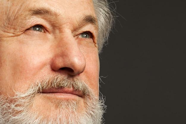 Retrato de homem velho com barba Foto gratuita
