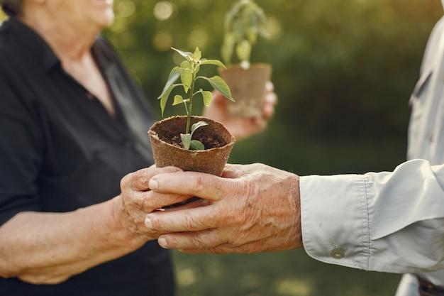 Retrato de idosos em um chapéu de jardinagem Foto gratuita
