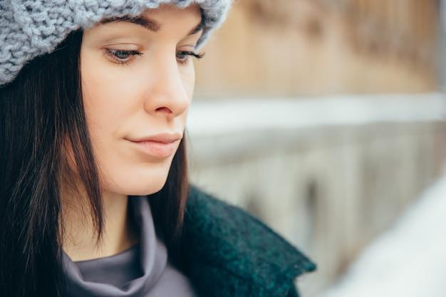 Retrato de inverno jovem. menina de sorriso nova bonita em sua roupa morna do inverno. Foto Premium
