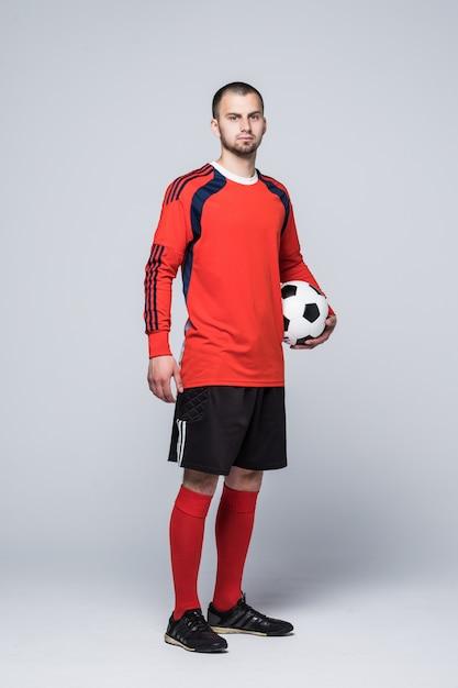 Retrato de jogador de futebol de camisa vermelha isolado no branco Foto gratuita