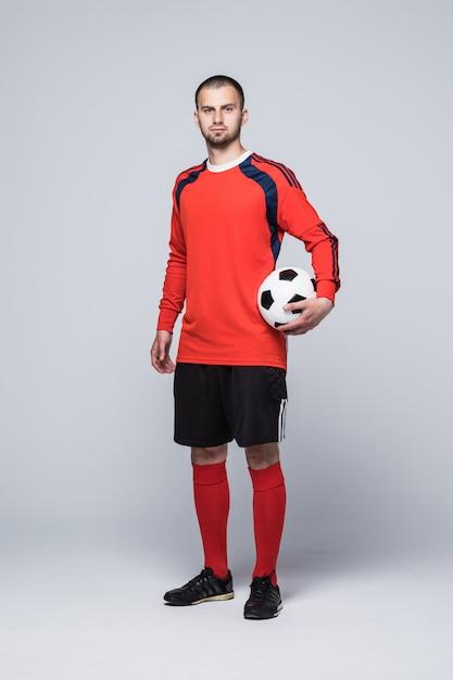 Retrato de jogador de futebol profissional de camisa vermelha isolado no branco Foto gratuita
