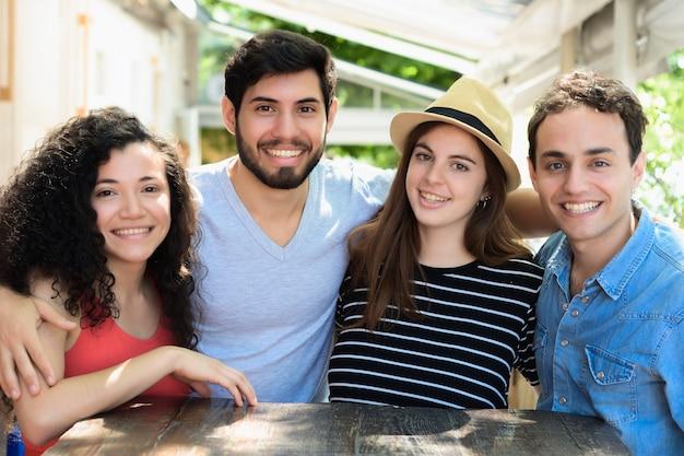 Retrato, de, jovem, amigos, sorrindo, câmera Foto Premium