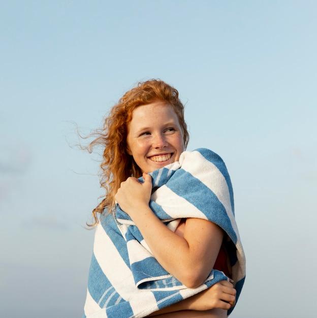 Retrato de jovem aproveitando o tempo na praia Foto gratuita