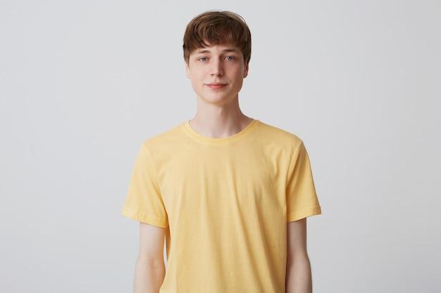 Retrato de jovem atraente com corte de cabelo curto e camiseta amarela Foto gratuita