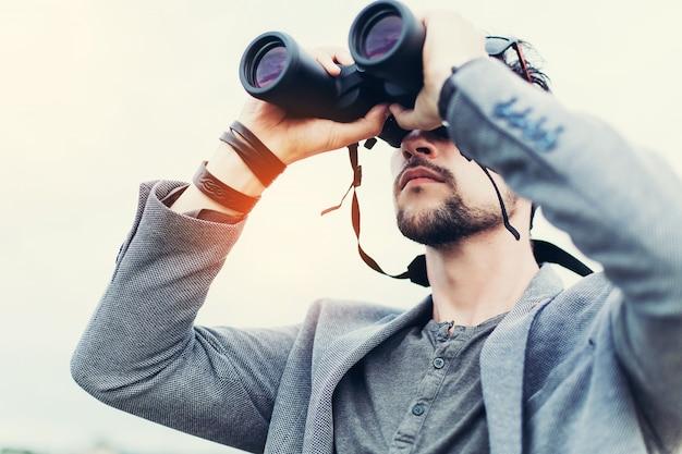 Retrato, de, jovem, aventura, homem, viajar, com, binóculos Foto Premium