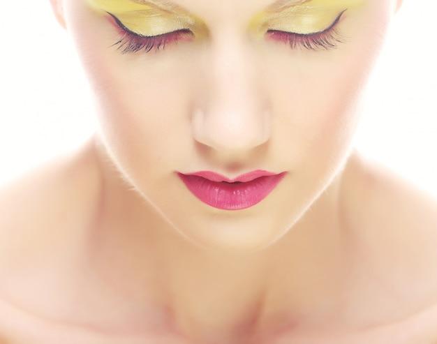 Retrato de jovem beleza com maquiagem multicolorida brilhante. Foto Premium