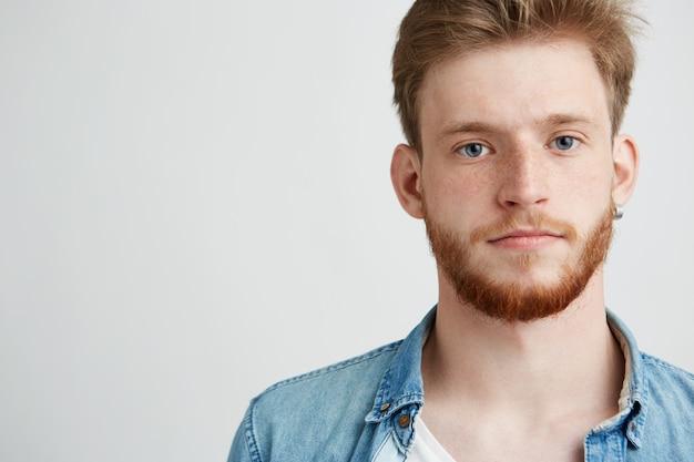 Retrato de jovem bonito com barba. Foto gratuita
