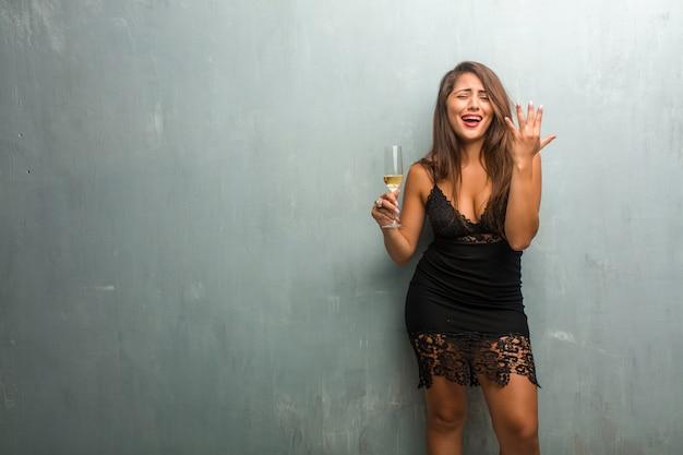 Retrato, de, jovem, bonito, mulher, desgastar, um, vestido, contra, um, parede, muito, assustado, e, amedrontado, desesperado, para, algo, gritos, de, sofrimento, e, olhos abertos Foto Premium