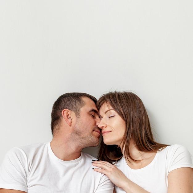 Retrato de jovem casal com os olhos fechados Foto gratuita