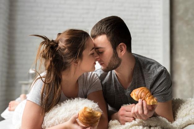 Retrato de jovem casal junto na cama Foto gratuita