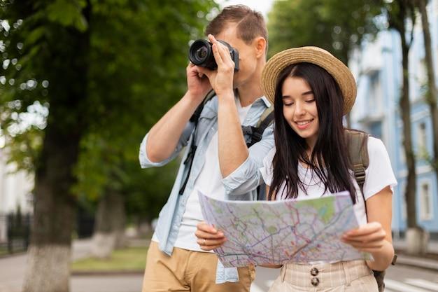 Retrato de jovem casal viajando juntos Foto gratuita
