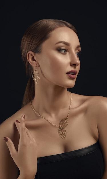 Retrato de jovem com brincos de ouro Foto Premium