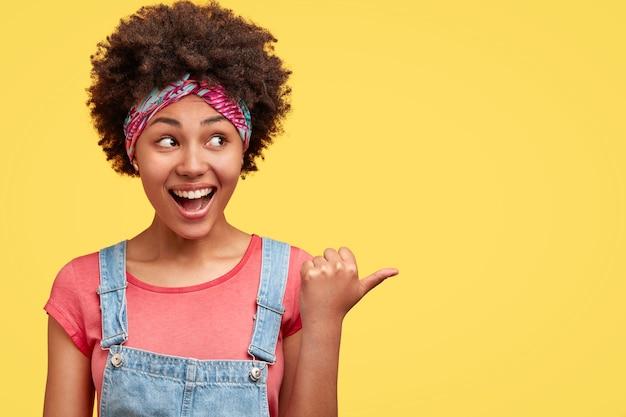 Retrato de jovem com cabelo encaracolado Foto gratuita