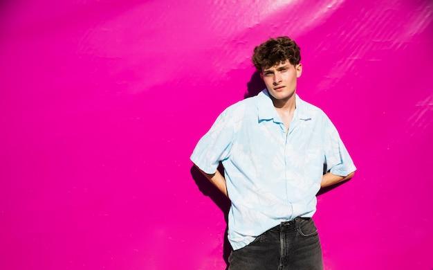 Retrato de jovem com cópia-espaço e fundo rosa Foto gratuita