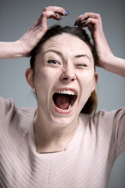 Retrato de jovem com expressão facial chocado Foto gratuita