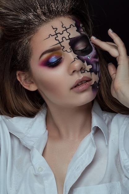 Retrato de jovem com maquiagem de halloween com medo sobre preto Foto Premium