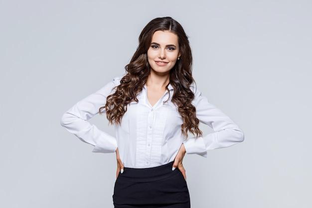 Retrato de jovem empresária feliz moderna em traje clássico Foto Premium