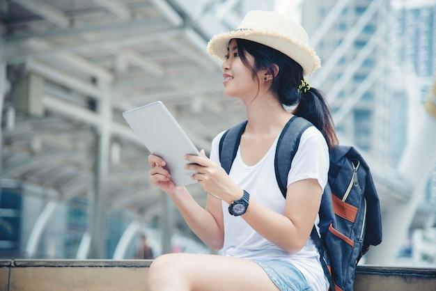 Retrato, de, jovem, estudante, menina, sorrindo, trabalhando, e, aprendizagem, ligado, computador laptop Foto gratuita