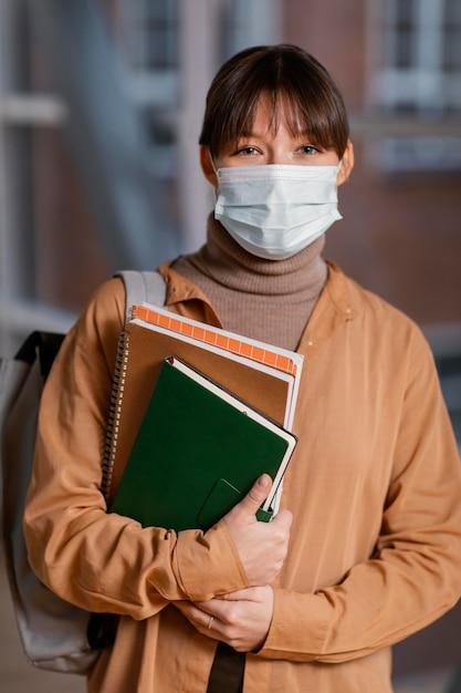Retrato de jovem estudante usando uma máscara médica Foto Premium
