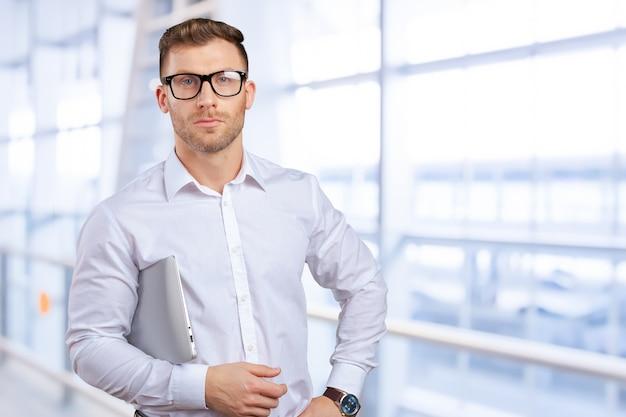 Retrato, de, jovem, homem negócios, com, laptop Foto Premium