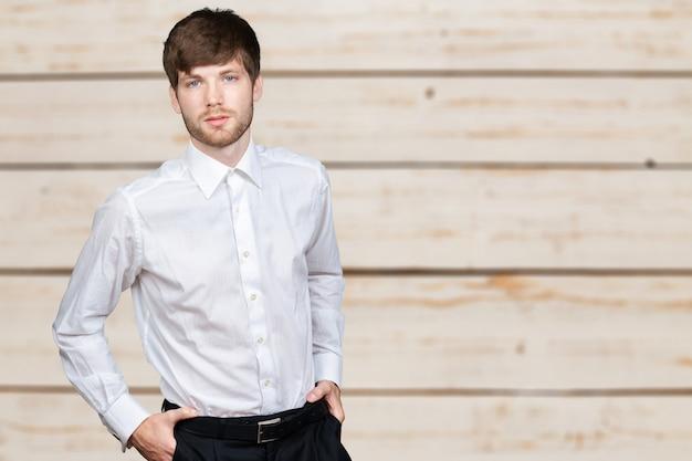 Retrato, de, jovem, homem negócios Foto Premium
