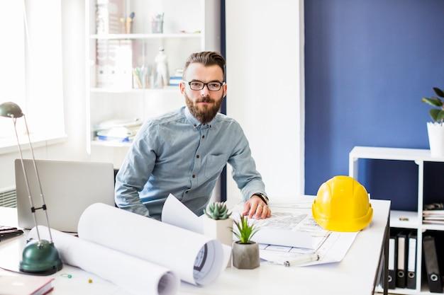 Retrato, de, jovem, macho, arquiteta, em, escritório Foto gratuita