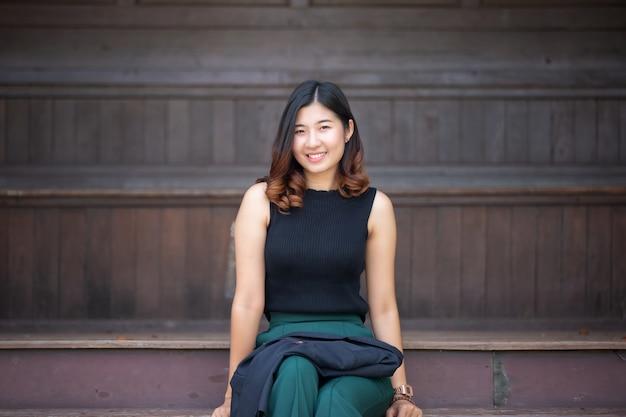 Retrato, de, jovem, mulher asian, sorrindo Foto Premium
