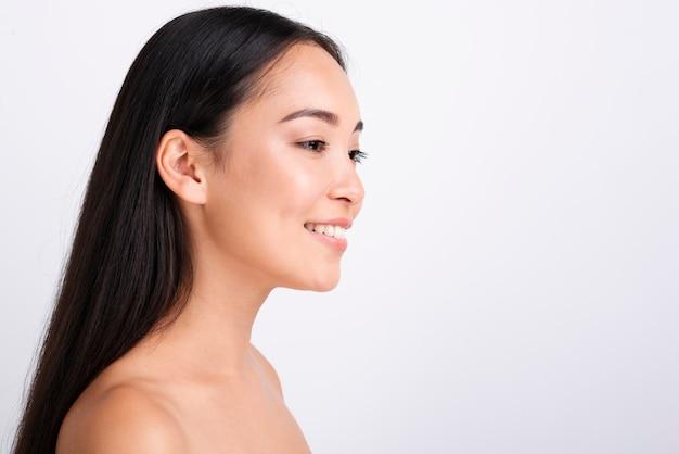 Retrato de jovem mulher asiática Foto gratuita
